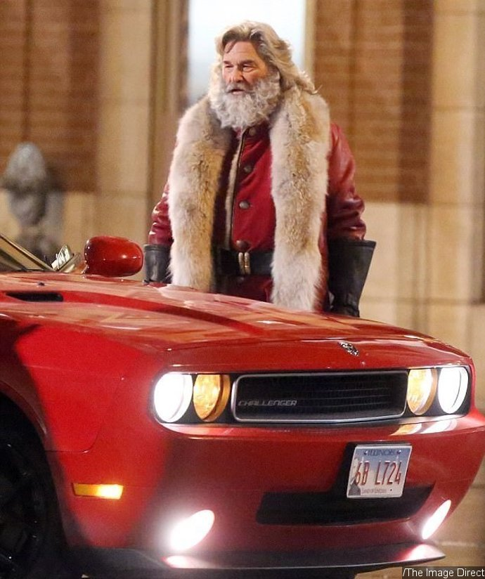 Kurt Russell gets into the holiday spirit dressed as Santa ...
